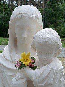 Vierge de Notre Dame des Vertus dans le parc du monastère de Grablin, exécutée par monsieur Carvalho
