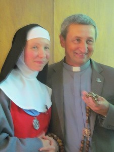 Soeur Marie de Jésus Annonciade et le père Richard Marien.