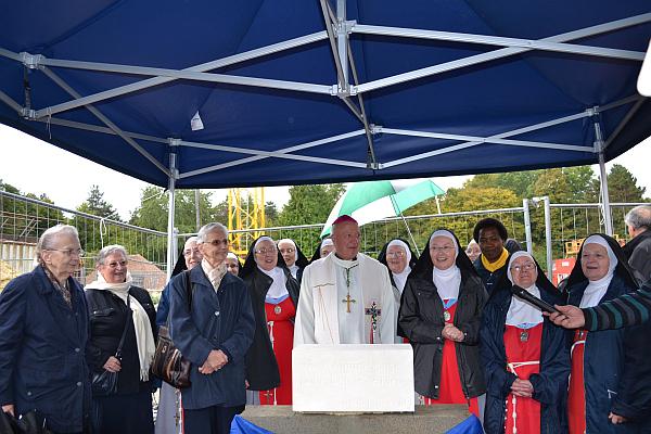 Les soeurs moniales et apostoliques autour de Monseigneur Boulanger