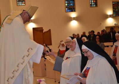 Les soeurs reçoivent la Bénédiction apostolique du Pape François par les mains de l'évvêque