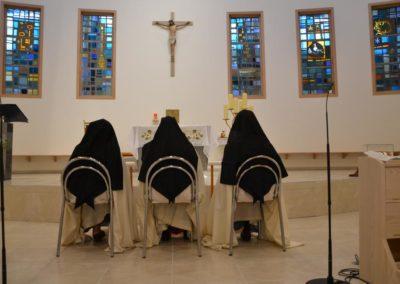 Les trois soeurs, se recueillent avant la cérémonie