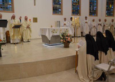 Bénédiction des trois soeurs par l'évêque
