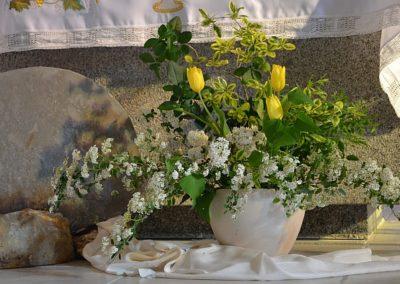 Pierre du tombeau et fleurs