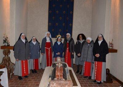Prière autour du gisant de sainte Jeanne