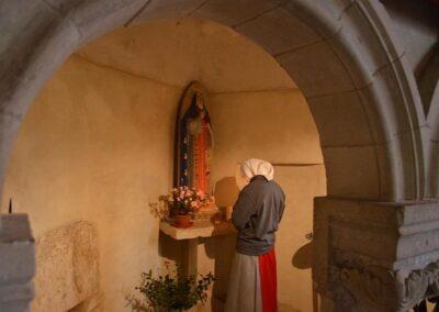 Prière dans le petit oratoire de sainte Jeanne